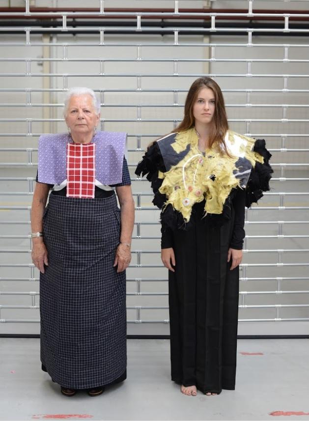 Hendrikje Kuis met Sanny Kemp die een ontwerp draagt van Maison the Faux. Foto: Het Wilde Oog/Wout Nooitgedagt